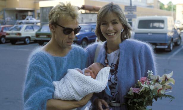 STOLTE: Anita Skorgan og Jahn Teigen viste stolt fram dattera Sara da hun så dagens lys i 1984. Foto: NTB Scanpix