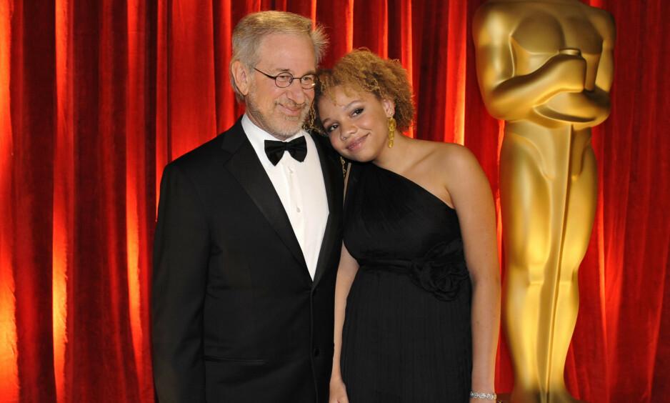 FAR OG DATTER: Den berømte regissøren Stevens Spielbergs datter, Mikaela Spielberg, avslørte nylig at hun har begynt i pornoindustrien. Her er far og datter under Oscar-utdelingen i 2009. Foto: NTB Scanpix