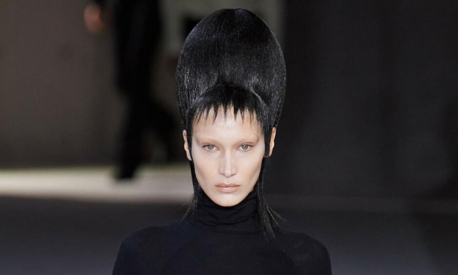 VEKKER OPPSIKT: Supermodellen Bella Hadid har skapt store overskrifter etter at hun dukket opp på catwalken iført dette. Foto: NTB Scanpix