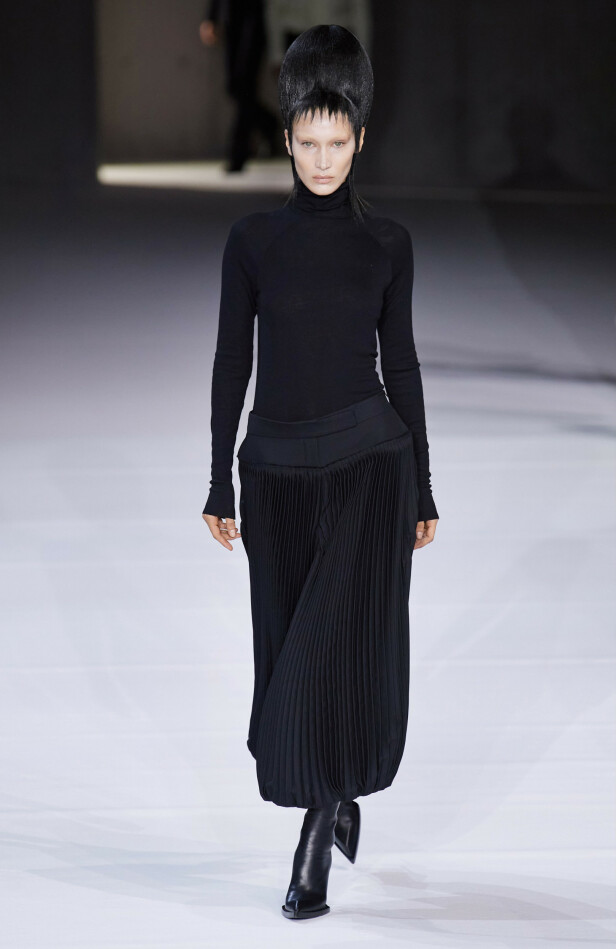 UGJENKJENNELIG: Bella Hadid hadde fått bleket øyenbrynene sine i anledning Haider Ackermanns motevisning under Paris Fashion Week denne helga. Foto: NTB Scanpix