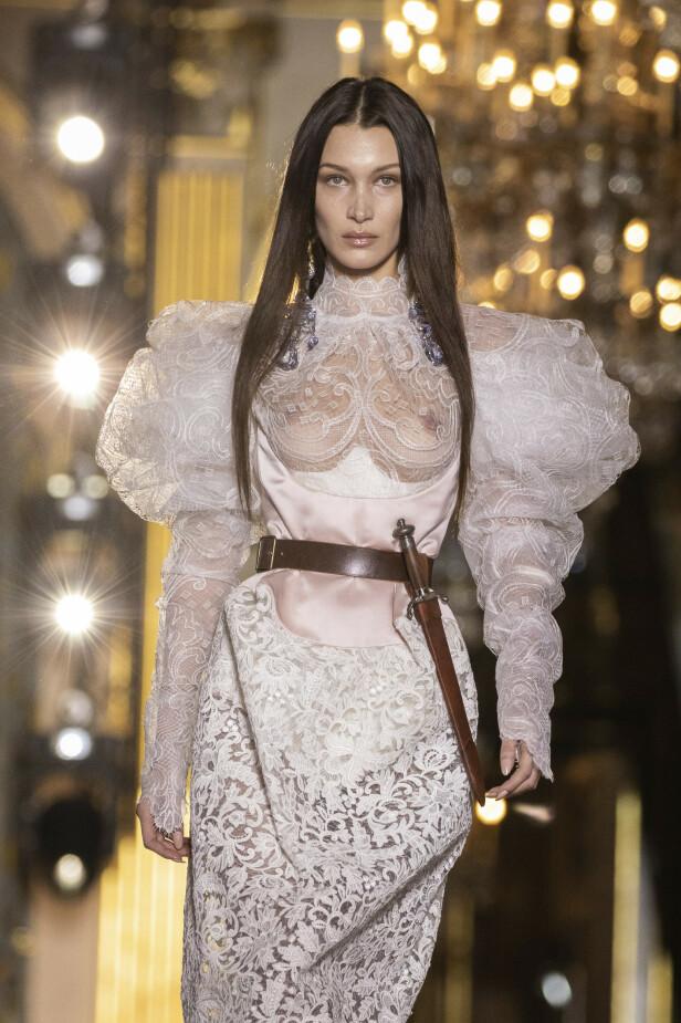 AVSLØRENDE: Supermodellens kjole har også skapt overskrifter da den viser 23-åringens brystvorter. Foto: NTB Scanpix