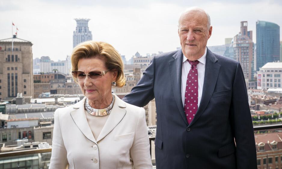 PÅ PLASS: Se og Hørs kongehusekspert Caroline Vagle kan bekrefte at kongeparet allerede er på plass i Jordan. Her er de avbildet under statsbesøket i Kina i 2018. Foto: Heiko Junge / NTB scanpix