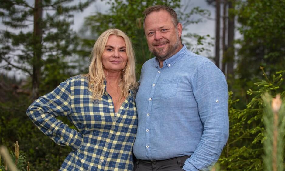 SJEKKER INN: Mia Gundersen og Asgeir Borgemoen er årets utfordrere i «Farmen Kjendis». Foto: TV 2