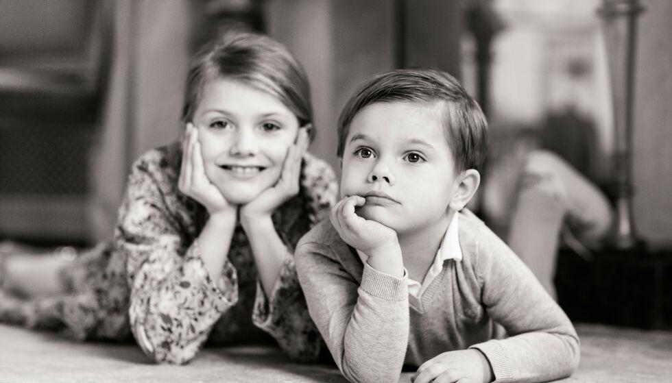 MED SØSTER: Prinsesse Estelle poserer ved siden av sin lillebror på dette nye bildet. Foto: Linda Broström/Kungl. Hovstaterna