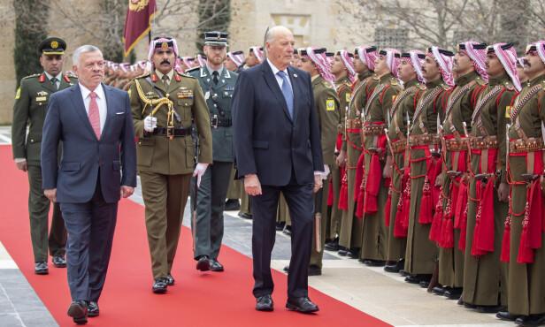 SEREMONI: Kongeparets statsbesøk ble innledet med en seremoni mandag formiddag. Her er kong Harald og Jordans kong Abdullah. Foto: Andreas Fadum / Se og Hør