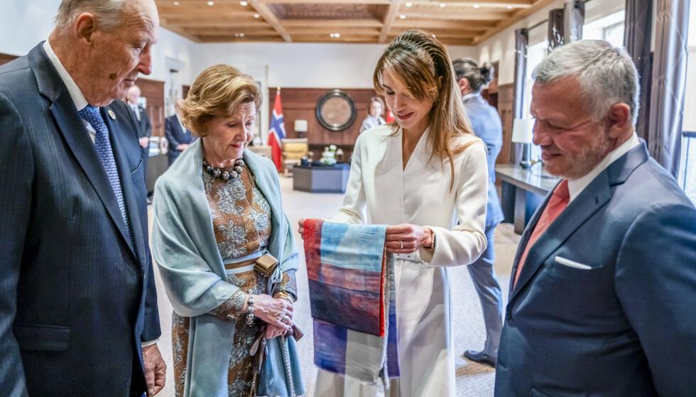 UTVEKSLET GAVER: Kong Harald og dronning Sonja ble tatt imot av Jordans kong Abdullah og dronning Rania under en offisiell velkomstseremoni i Al Husseiniya-palasset i hovedstaden Amman mandag. Her utveksler de gaver. Foto: NTB Scanpix
