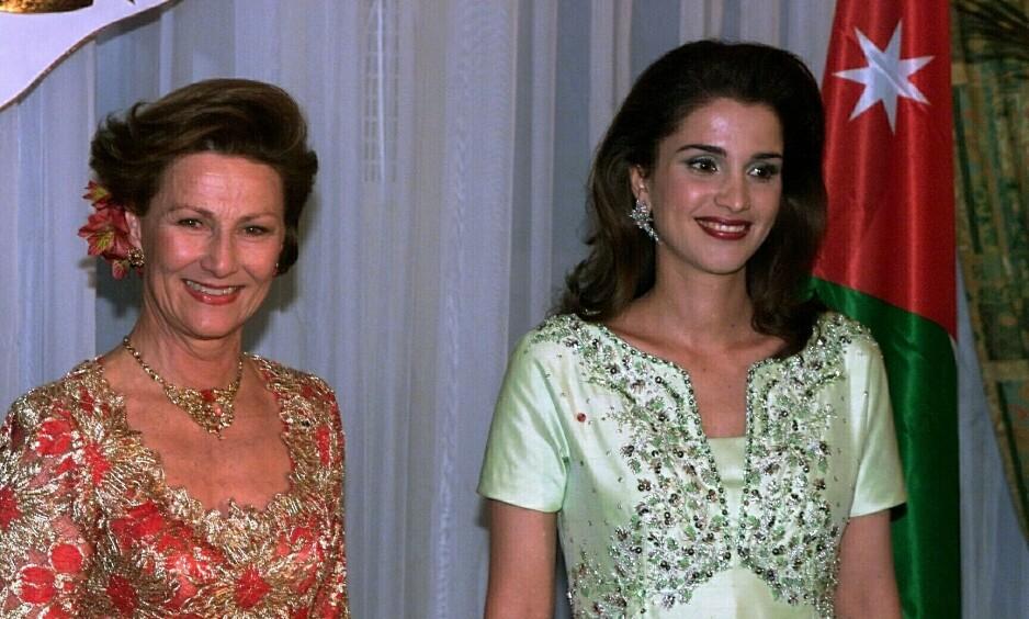 PÅ STATSBESØK: Dronning Sonja og kong Harald er i disse dager på statsbesøk i Jordan. I en tale mandag fortalte dronning Sonja at hun fikk en helt spesiell gave av Jordans kong Abdullah i 2010. Her er hun med dronning Rania i 2000, da det jordanske kongeparet var i Norge. Foto: NTB Scanpix