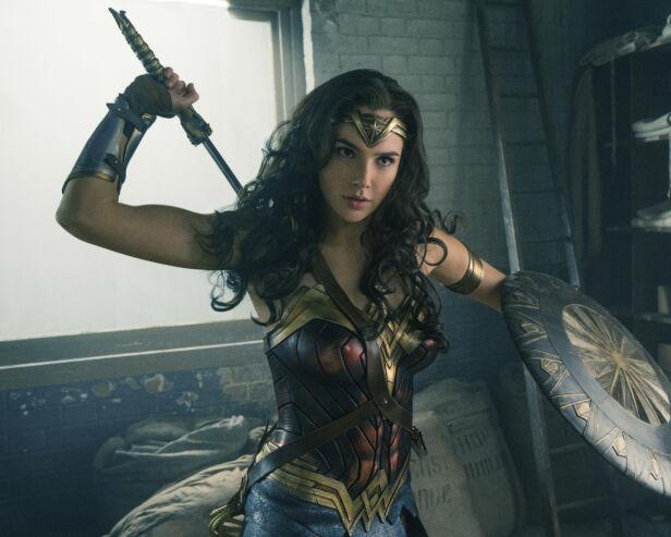 SUPERHELTINNE: Gal Gadot i en scene fra «Wonder Woman». Nå kan det bli spennende å se om hertuginne Meghan kan dukke opp i en lignende rolle. Foto: Clay Enos/ Warner Bros. Entertainment via AP/ NTB scanpix