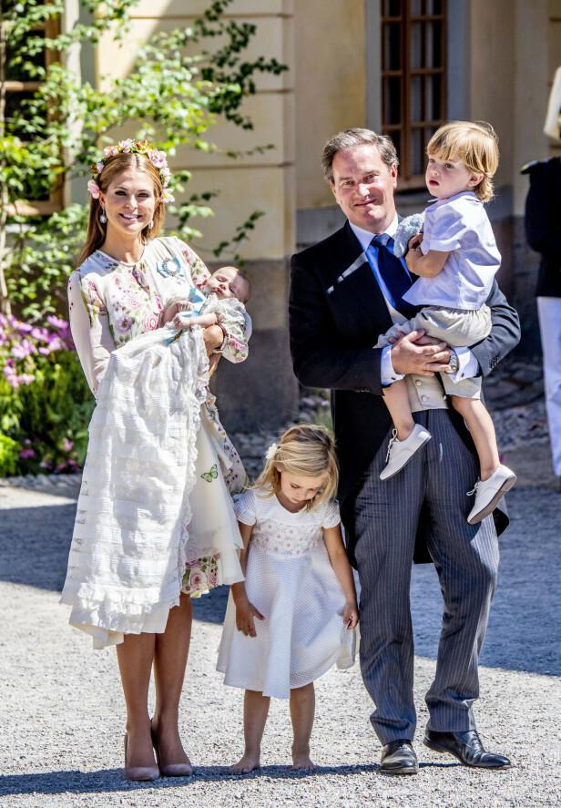 BOR I UTLANDET: Familien har de siste årene bodd i utlandet. Her er de under prinsesse Adriennes dåp i 2018. Foto: NTB Scanpix