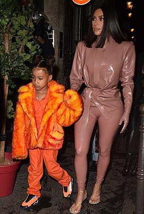 ORANSJE: North valgte å kle seg i en lysende oransje fuskepels-kåpe. Foto: NTB Scanpix