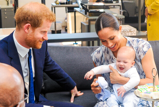 STOLTE FORELDRE: Meghan og Harry har ikke vist frem sønnen mange ganger. Her er den lille familien samlet i fjor. Foto: NTB Scanpix