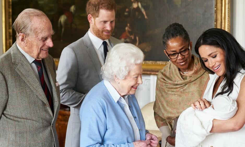 STOLT OLDEMOR: Det var en stolt dronning Elizabeth som hilste på oldebarnet Archie for første gang. Nå frykter hun angivelig at hun aldri skal få se ham igjen. Foto: NTB Scanpix