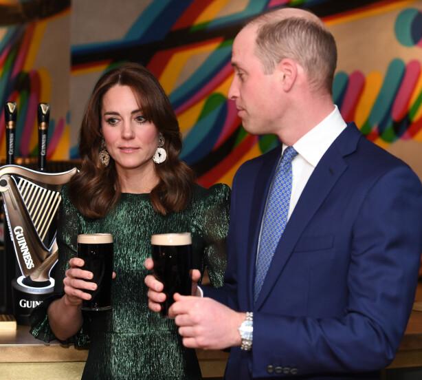 VITSEMAKER: Prins William og hertuginne Kate er på besøk i Irland, og tok en tur innom Guinness-bryggeriet. Der ble samtaleemnet, naturlig nok, coronaviruset. Prinsen dristet seg også til en vits om sykdommen. Foto: NTB scanpix