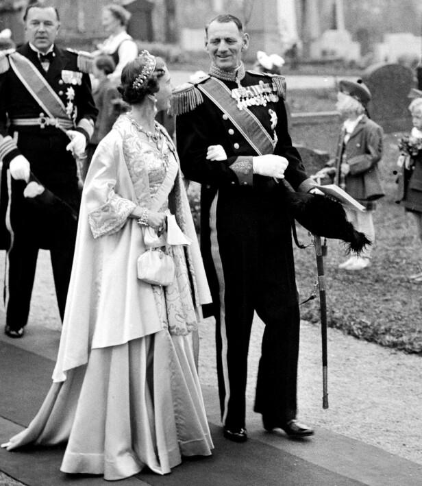 KONGEPAR: Kong Frederik og dronning Ingrid fikk tre døtre, og arveretten ble endret. Her er paret avbildet i 1953, i bryllupet til prinsesse Ragnhild av Norge. Foto: NTB Scanpix