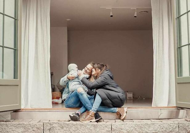 FÅR MER TID SAMMEN: Dennis Poppe forteller at det beste med småbarnstilværelsen er at familien på tre får tilbrakt mer tid sammen. Her er Dennis Poppe og Kristin Gjelsvik avbildet sammen med sønnen Falk. Foto: Privat