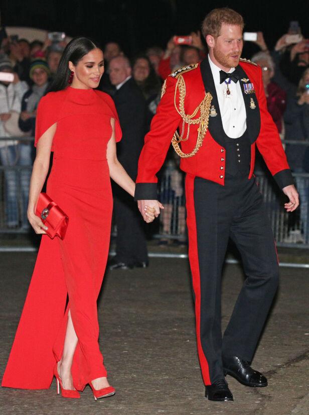STRÅLTE: Hertugparet på vei inn i Royal Albert Hall i London tlørdag kveld. Foto: NTB Scanpix