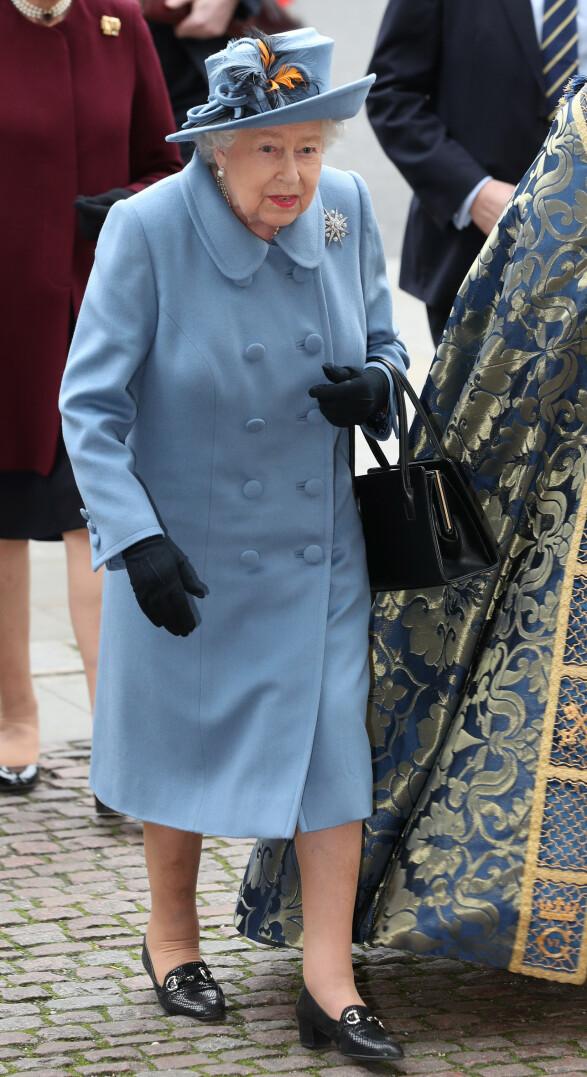 BLÅTT: Dronning Elizabeth ankom markeringen kledd i blått. Foto: NTB Scanpix