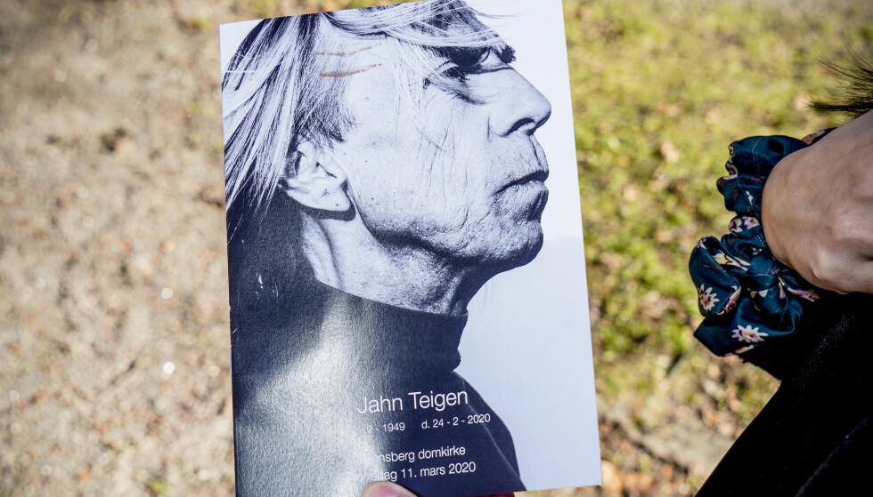 PROGRAMMET: Flere fotografier av Jahn Teigen pryder programmet for bisettelsen.