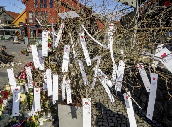 MINNETRE: Før bisettelsen ble det satt opp et minnetre over Jahn Teigen i Tønsberg.