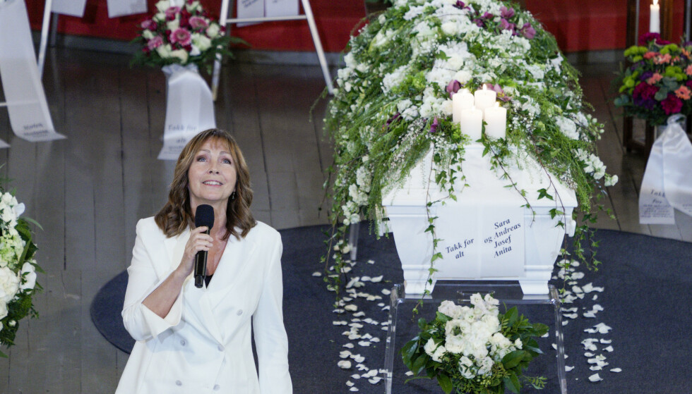 SANG TIL JAHN: Anita Skorgan synger sangen «Min første kjærlighet» under Jahn Teigens bisettelse i Tønsberg domkirke Foto: Stian Lysberg Solum / NTB scanpix