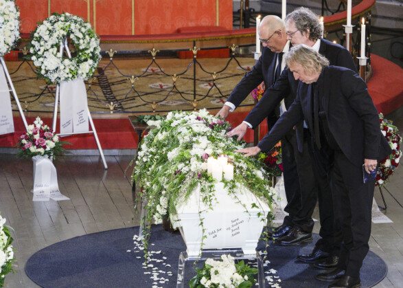 FARVEL: Morten Stensland, Trond Lie og Kim Hansen under bisettelsen til Jahn Teigen. Foto: Stian Lysberg Solum / NTB scanpix