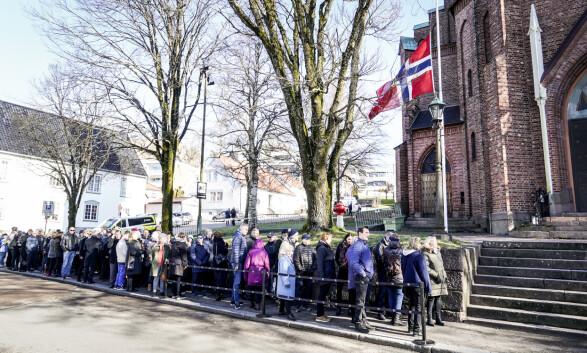 KØ: Mange ønsket å ta farvel med Jahn Teigen i Tønsberg domkirke.
