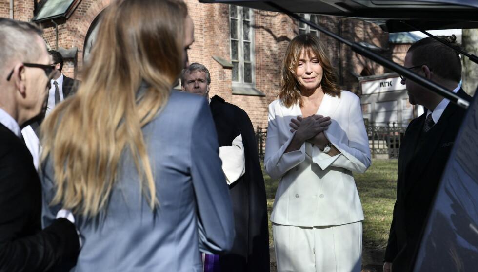 BEVEGET: Anita Skorgan var tydelig preget da hun tok farvel ved bårebilen til Jahn Teigen.