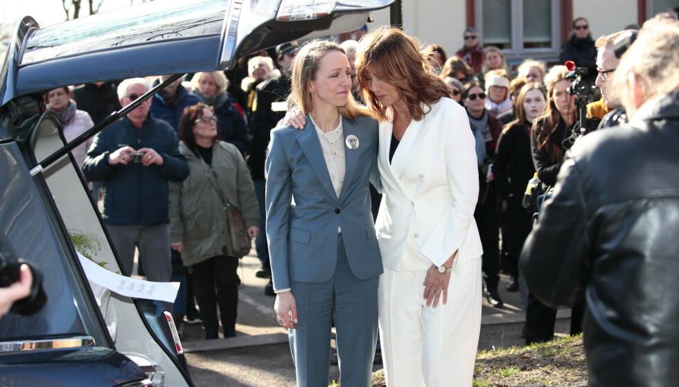 MOR OG DATTER: Sara Skorgan Teigen og Anita Skorgan etter bisettelsen. Foto: NTB Scanpix