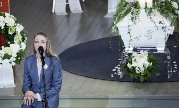 ADIEU: Sara Skorgan Teigen synger under bisettelsen til Jahn Teigen i Tønsberg domkirke. Foto: Stian Lysberg Solum / NTB scanpix