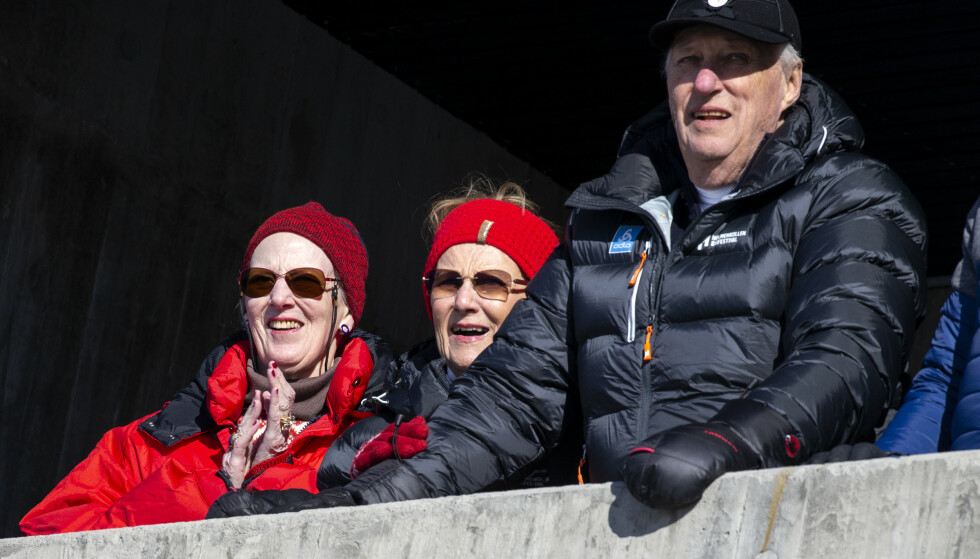 AVLYSTE: Kongefamilien har pleid å være til stede under skifestivalen i Holmenkollen. I år sto de over arrangementet. Her er kongeparet med dronning Margrethe av Danmark i fjor. Foto: Andreas Fadum
