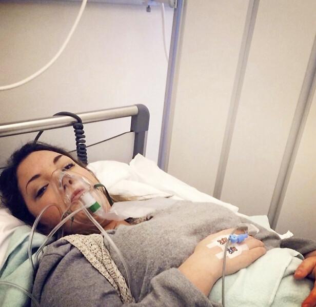 PÅ SYKEHUS: Her blir Celestina undersøkt på sykehus i 2014. Da fikk hun diagnosen multippel sklerose (MS) Foto: Privat