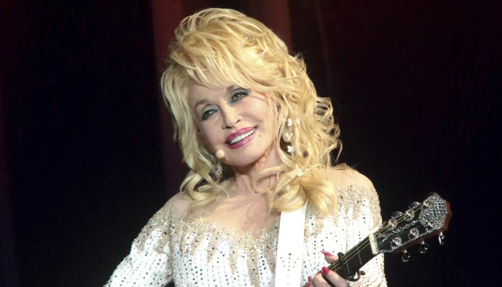 VURDERER PLAYBOY: Contrydronning Dolly Parton var på forsida av Playboy i 1978. Nå vurderer hun å gjøre det igjen. Foto: NTB