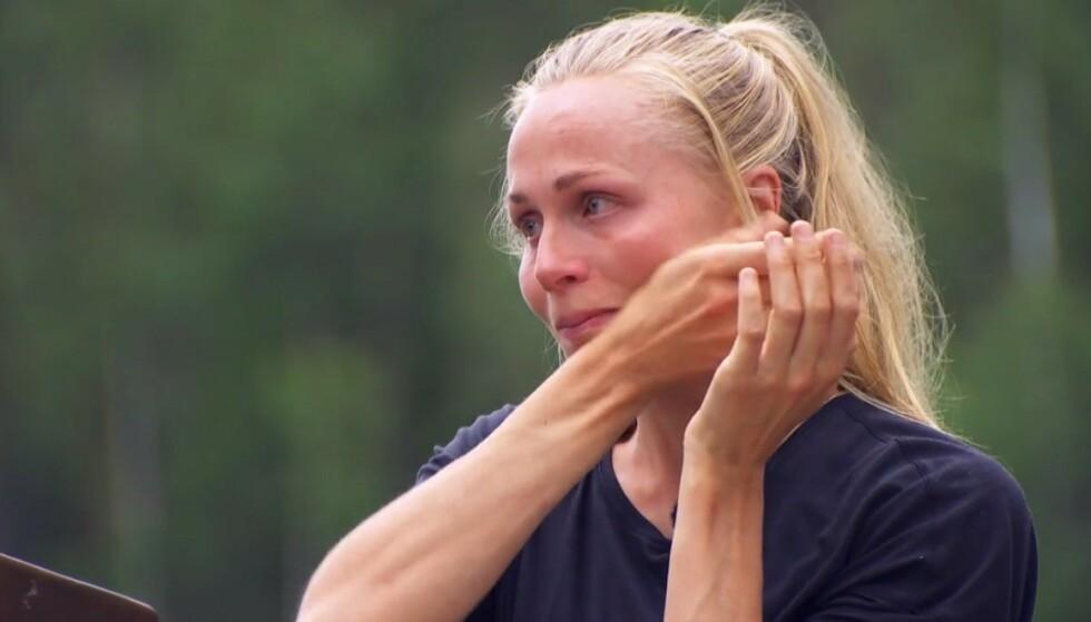 <strong>RØK UT:</strong> Hege Bøkko taper mot Mia Gundersen i søndagens «Farmen kjendis»-episode, og må derfor inn på «Torpet». Foto: Skjermdump/TV 2