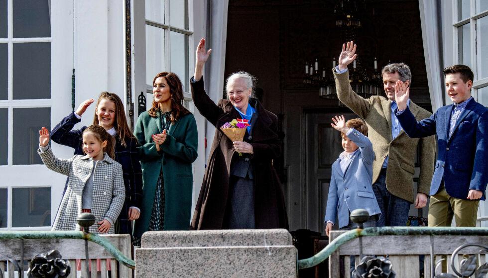 FRAVÆRENDE: Dronning Margrethe på sin 79-årsdag sammen med kronprinsesse Mary, kronprins Frederik, prinsesse Isabella og tvillingene prinsesse Josephine og prins Vincent. Prins Joachim og familien var derimot fraværende. Foto: NTB scanpix