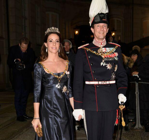 BLIR IGJEN: Prins Joachim og kona Marie blir igjen i Frankrike, tross anbefalinger om å reise hjem til Danmark. Her avbildet under nyttårsfeiringen ved Amalienborg slott i København. Foto: NTB scanpix