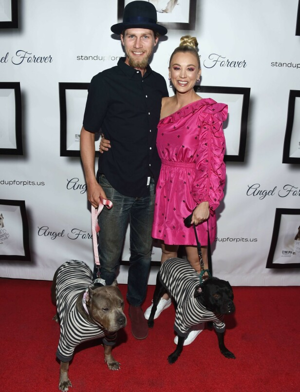 DYREVENNER: Karl Cook og Kaley Cuoco eier flere dyr sammen. Her med to av hundene på rød løper i Hollywood i november 2018. Foto: Amanda Edwards/ Getty Images/ AFP/ NTB scanpix