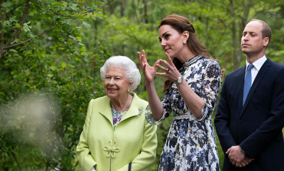 FLYTTER: Dronning Elizabeth avlyser flere oppdrag og forlater nå Buckingham Palace grunnet coronaviruset. Her er hun med hertuginne Kate og barnebarnet prins William. Foto: NTB Scanpix