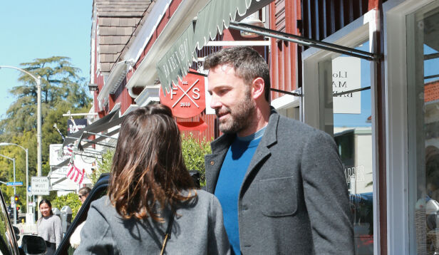POPULÆRE: Flere fotografer samlet seg rundt Ben og Ana da de var ute i Los Angeles. Foto: NTB Scanpix