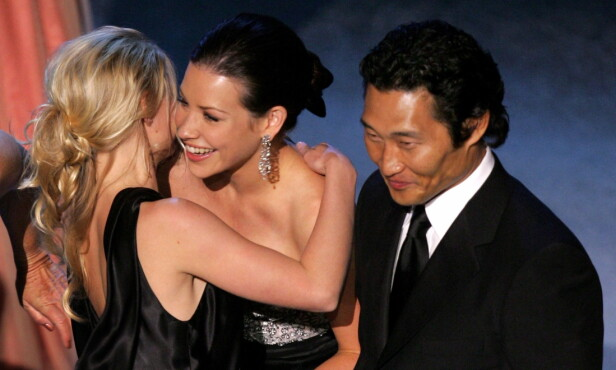 FORSKJELL PÅ FOLK: Mens Evangeline Lilly (nummer to fra venstre) går mot myndighetenes råd, har Daniel Dae Kim (t.h) fått påvist coronasmitte. Her er de fotografert på Emmy-utdelingen i 2005. Foto: Reuters/ NTB scanpix