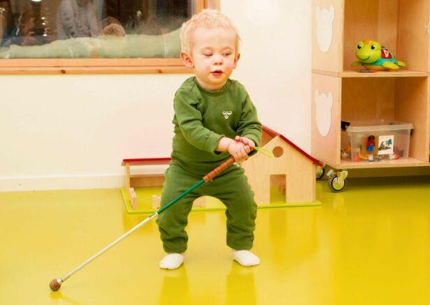 FULL FART: Theo trives i barnehagen, og har allerede innsett at den hvite stokken kan brukes som støtte når han går, og til å lete etter ting. Han har heller ingen problemer med å navigere rundt på egen hånd der han er kjent. Lyder og ekko forteller toåringen hvor han befinner seg. Foto: Svend Aage Madsen/ Se og Hør
