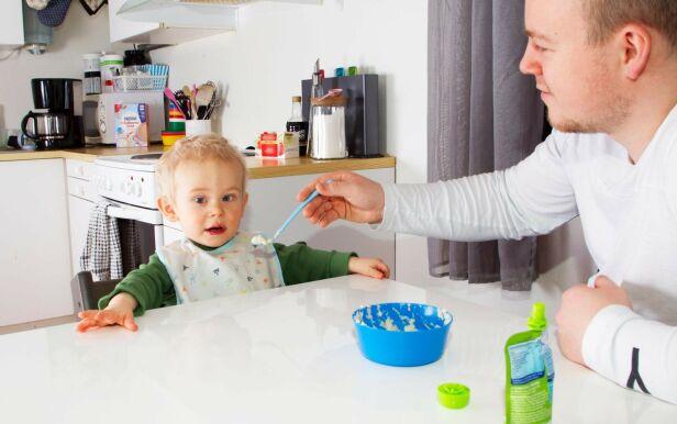 GLAD I MAT: Etter en utfordrende periode kan Theo nå spise selv, uten problemer. Her får han grøt av pappa Daniel. Foto: Svend Aage Madsen/ Se og Hør