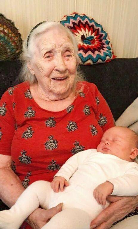 TIPPOLDEMOR: Nesten 100 år skiller i alder mellom Lillian Theodorsen (100) fra Olderdalen i Kåfjord, og Theo. Hun synes det er stas å få besøk av tippoldebarnet. Foto: Privat