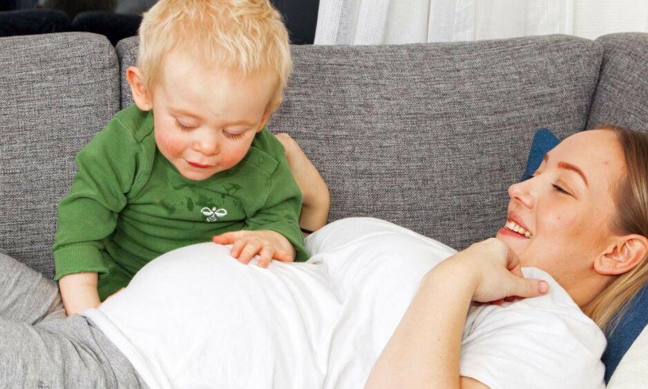 BLE STOREBROR: Tidligere denne måneden fikk Karoline Storelv Hansen sitt andre barn med samboer Daniel Theodorsen. Dermed ble lille Theo, som er født blind, storebror for første gang. Foto: Svend Aage Madsen/ Se og Hør