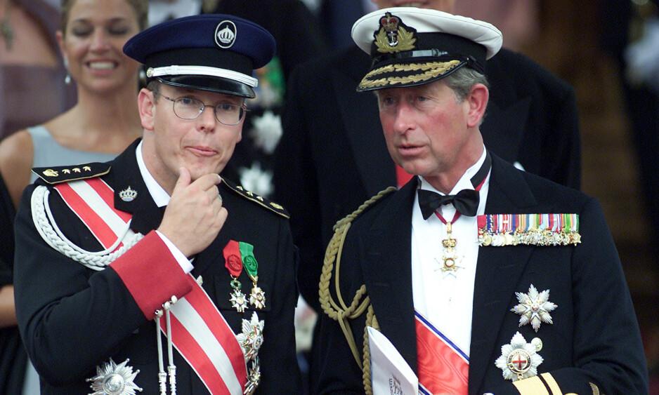 BENEKTER: Fyrst Albert av Monaco og prins Charles av Wales har begge testet positivt for covid-19. Like før begge ble syke, møttes de i London. Nå går førstnevnte hardt ut og frasier seg smitteansvaret. Her er de fotografert sammen i Oslo i 2001, i forbindelse med bryllupet til kronprins Haakon og kronprinsesse Mette-Marit. Foto: NTB scanpx