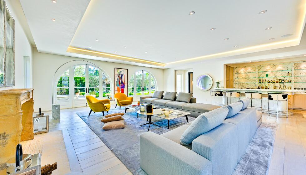 FLERE ROM: Det er et stort hjem, med flere rom å oppholde seg i. Her er hjemmets andre stue, inkludert en bar. Foto: NTB scanpix