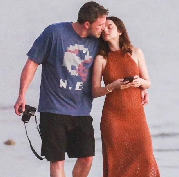 AVSLØRT: Ben Affleck gjorde fint lite for å skjule følelsene sine for Ana de Armas da paret gikk tur på stranden i Costa Rica i mars. Foto: NTB scanpix