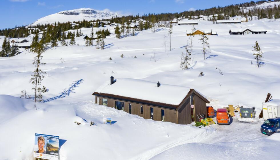 INVESTERER: Johannes og kjæresten Pernille Døsvik kan glede seg over både nytt hus og ny hytte. Foto: Geir Olsen