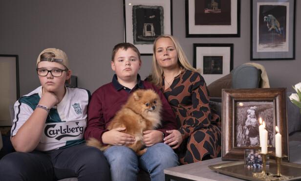 TØFF TID: Thomas (t.v.), Tobias og mamma Hanne kjenner på et tomrom og savn etter Marcus. Hunden Nova merker også at en i familien er borte. Foto: Espen Solli