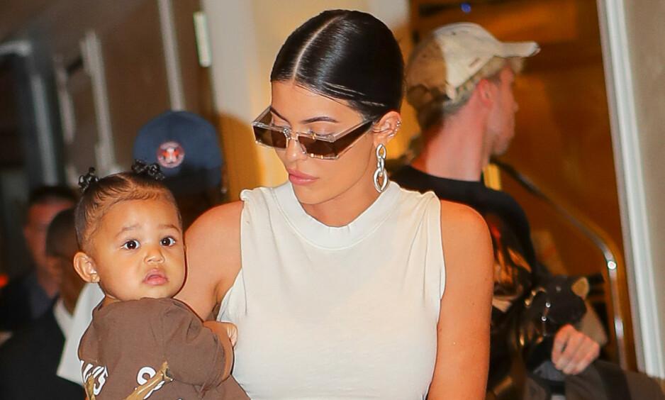 MAMMA: For nå holder det med ett barn for Kylie Jenner. Men at hun vil ha flere i fremtiden legger hun ikke skjul på. Foto: NTB Scanpix