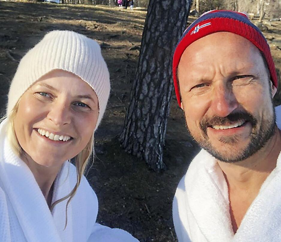 FOLKELIG: Ikledd luer og badekåper hilser en nybadet kronprinsesse Mette-Marit og kronprins Haakon folket i denne spesielle tiden.